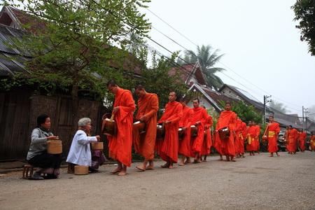 Quete matinale_Luang-Prabang450